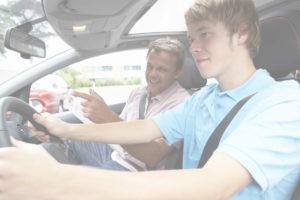Moniteur avec élève au volant