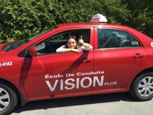 Conductrice automobile tenant son trousseau de clés de voiture par la fenêtre d'une automobile de l'École de conduite Vision plus